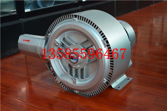 漩涡气泵工作原理 漩涡气泵的叶轮由数十片叶片组成,它类似庞大的气轮机的叶轮。叶轮叶片中间的空气受到了离心力的作用,向叶轮的边缘运动,在那里空气进入泵体环行空腔,重新从叶片的起点以同样的方式再进行循环。叶轮旋转所产生的循环气流,以极高的能量离开气泵以供使用。风机采用专用电机,结构紧凑,体积小,重量轻,噪音低,送出气源无水无油。 YX-51D-A1高压风机配置: *(1.