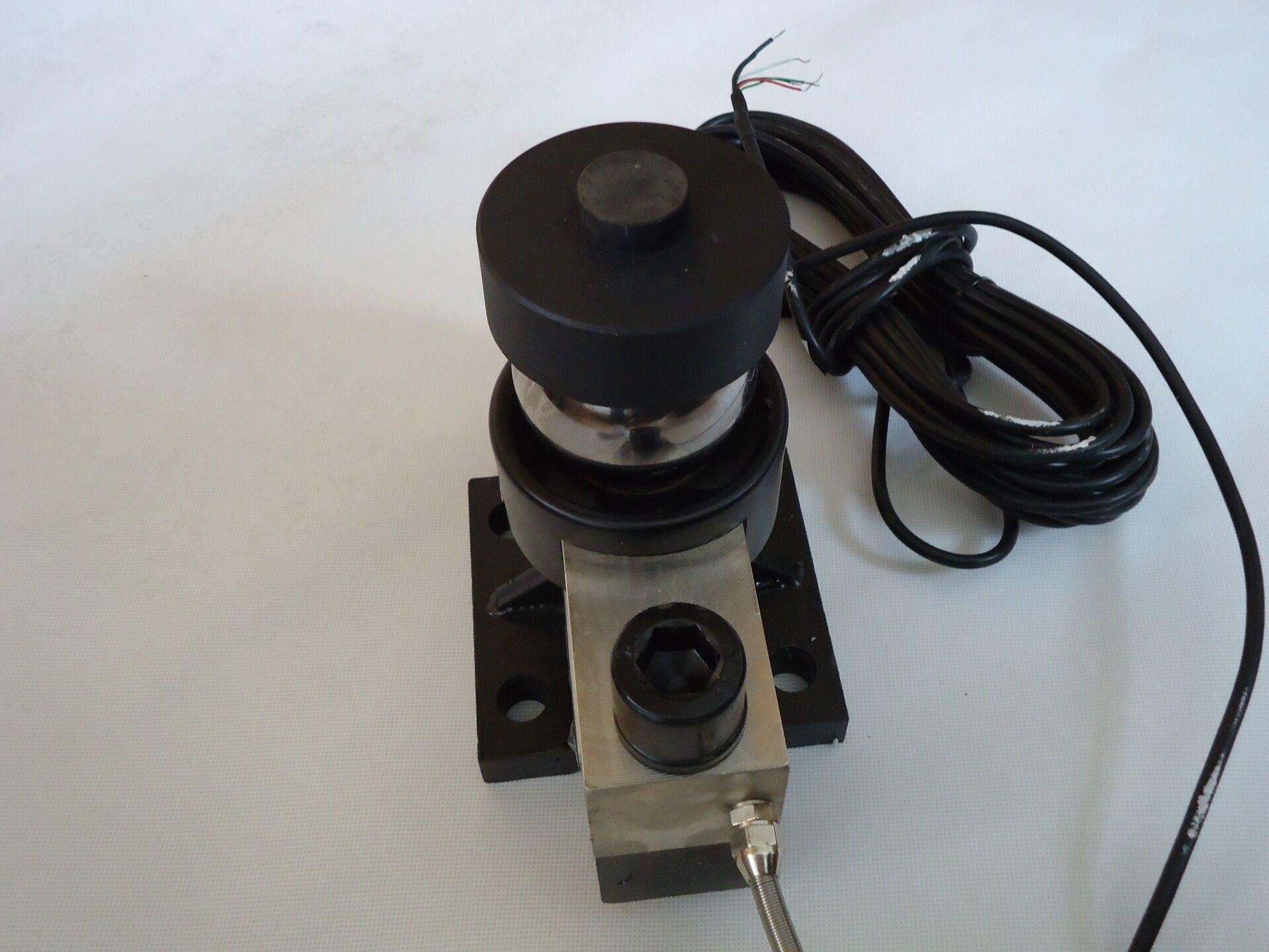 ②称重传感器与接线盒的连接 将称重传感器的电缆线穿越秤台,经密封